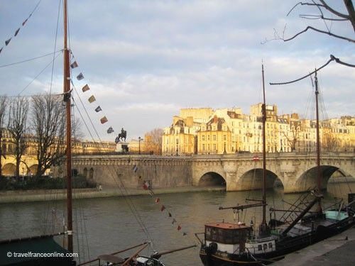 pont neuf links the ile de la cite to the right and left banks. Black Bedroom Furniture Sets. Home Design Ideas