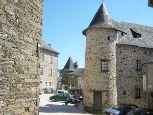 500px-Tour_du_prince_noir_Uzerche_Place_des_vignerons