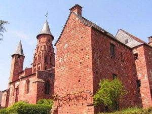 800px-Collonges-la-Rouge_vue_arriere_de_l-eglise