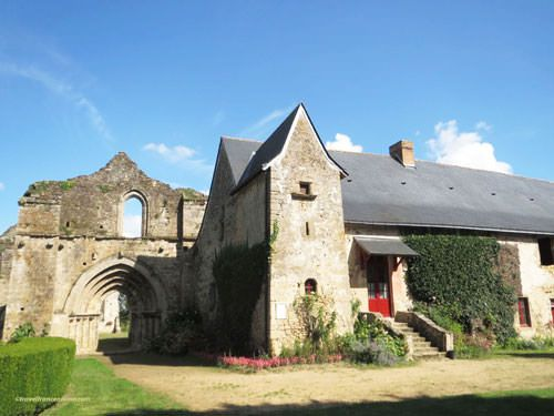 Ile Chauvet Abbey - Ruined church and monks dormitory