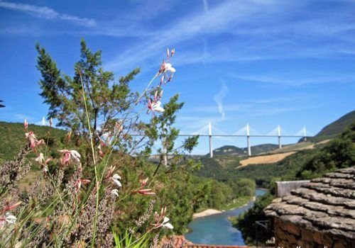 Peyre-village-view-over-Millau-viaduct-and-Tarn-river